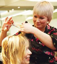 c0c9e78909f3 Modejouren hjälper Karin 40 att hitta festkläder – Icakuriren