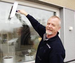 Test av fönsterskrapor. Fönsterputsare Jan Andén testar fönsterskrapor.  Hans bästa fönsterputstips är ljummet vatten med några droppar diskmedel. 0b557b846ec96