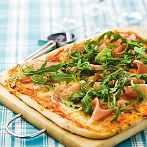 hemmagjord pizza med lufttorkad skinka
